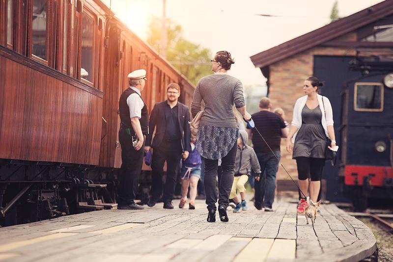 Tog på Løkken stasjon med påstigende passasjerer