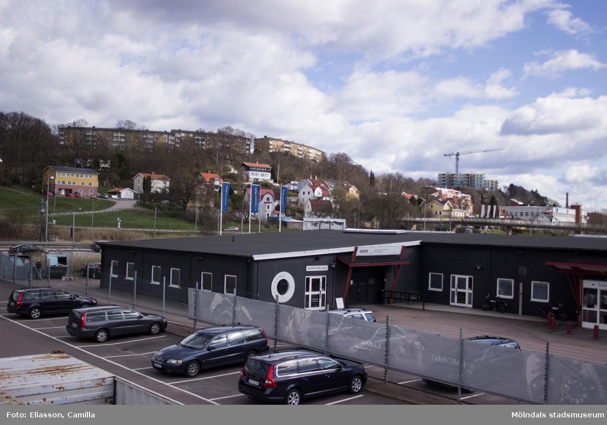 Husen uppe på bergkanten, Delbanco- och Lövgatan, stod klara 1964. År 2015 pågick nybyggnation av hus uppe på Kvarnbyvallen. Där det i förgrunden ligger ett grått hus och parkeringsplatser (Södra Ågatan) fanns tidigare en trädgård som var sjukhusets gård.