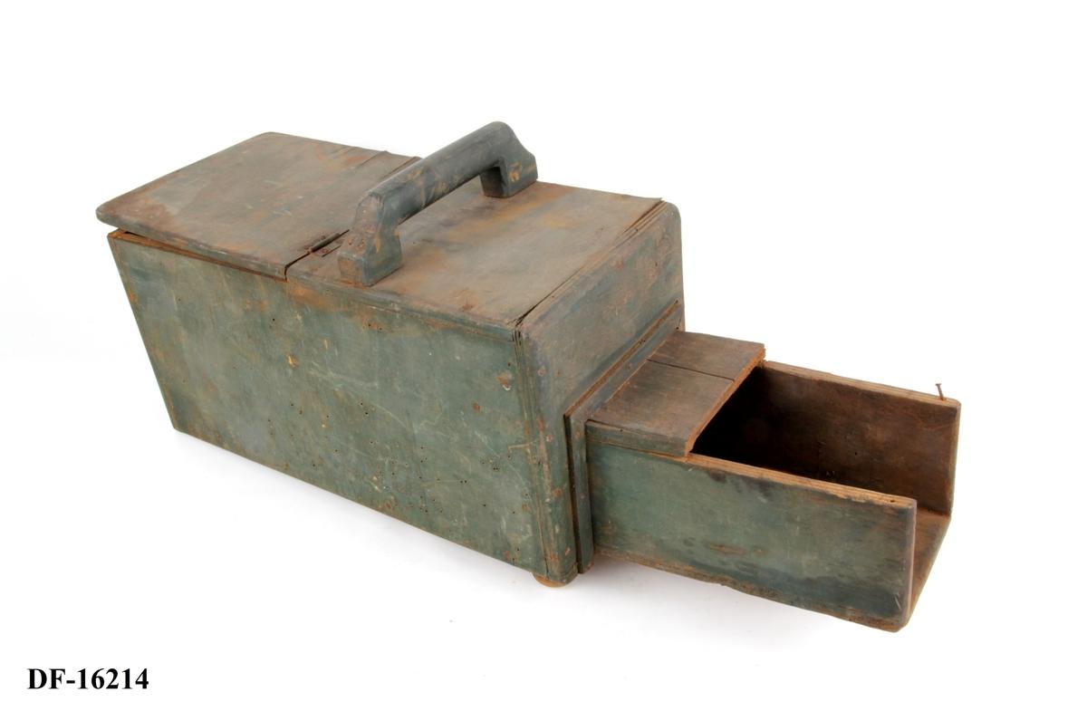 Håndlaget koksboks med hank og lokk.