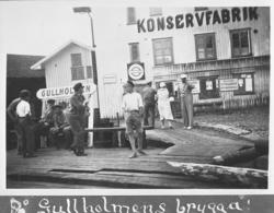 På Gullholmens brygga 1936 med bofasta och badgäster