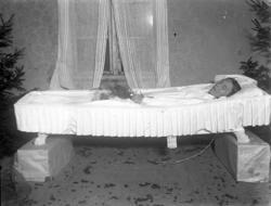 Kvinna ligger lik hemma i väntan på begravning