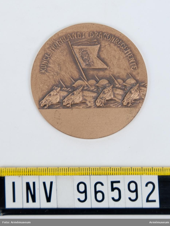 Medalj i brons för Norrlands dragonregemente. Med skrovlig baksida.