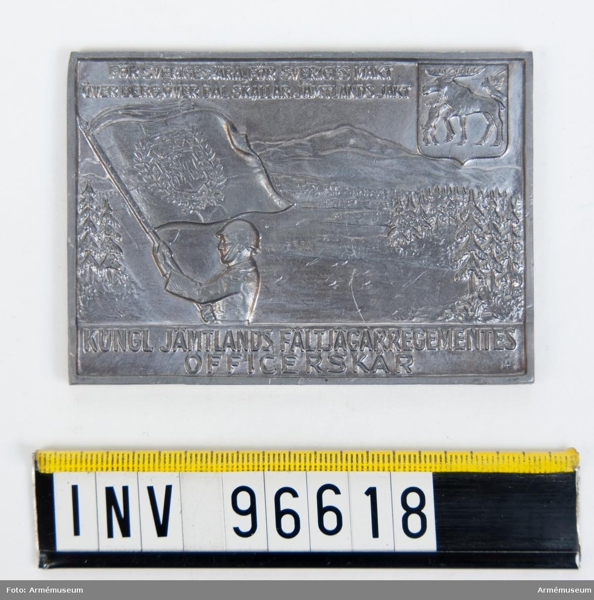 Plakett i silver för Jämtlands fältjägarregementes officerskår. Med kalkering av framsidan. Stans 46233.