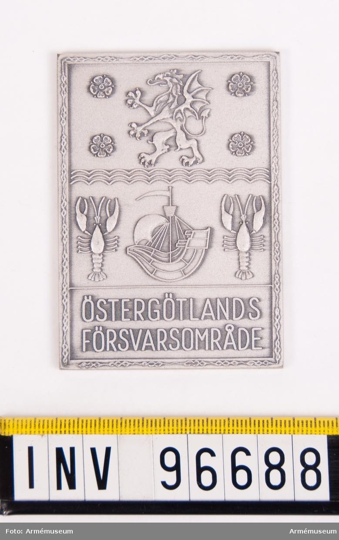 Plakett i silver för Östergötlands försvarsområde. Med kalkering.