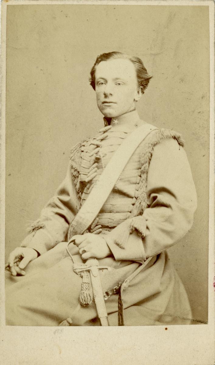 Porträtt av greve Carl Johan Trolle-Bonde af Björnö, underlöjtnant vid Livgardet till häst.