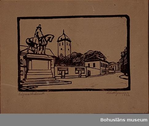 """Ur handskrivna katalogen 1957-1958: Nils Högman: Träsnitt Papperets mått: H 27,5. Br 35,8 Träsnittets mått: 17,5 x 26,1. Stora torget. """"Nils Högman 1922""""  Högman, Nils Torvald född 1898 i Uddevalla. Ritare, tecknare, akvarellist samt träsnittare. Studier vid Tekniska skolan i Stockholm, för Carl Wilhelmson 1917-20 därefter slutligen studier i Dresden 1922 för prof Schmidtz. Anställd som ritare hos AB Kullgrens Enka, Uddevalla. (Uppgifter från Svenskt Konstnärslexikon 1957).  Ett av Nils Högmans träsnitt, en gatubild från Jörgens Gränd, har använts som illustration till en artikel i Bohusläningen 1947-09-18. Han har även ritat fontänen på Norra Kyrkogården  (Bohusläningen 1956-08-21). Annons i Bohusläningen 1923-08-14: """"Dekorationsmålningar utföras av Nils Högman, Östergatan 19, Uddevalla.""""  Konstnären bodde på Strömstadsvägen 36F, Uddevalla."""