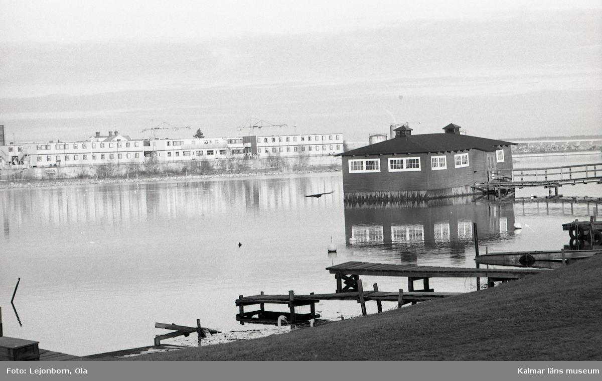 Klapphuset - det enda återstående i Skandinavien - byggdes 1902-1906 mellan Kvarnholmen och Varvsholmen. Från början fanns klappbryggor utmed stadens stränder, vilka efter önskemål om bättre skydd mot väder och vind ersattes med klapphus. Dessa blev också viktiga mötesplatser för stadens kvinnor. Tvätten sköljdes och klappades i den bassäng som finns i byggnadens centrum. Runt bassängen löper bryggan med klappningsplatser av nedsänkta tunnor. Klapphuset är fortfarande i bruk.  (Uppgifterna är hämtade från Länsstyrelsen.