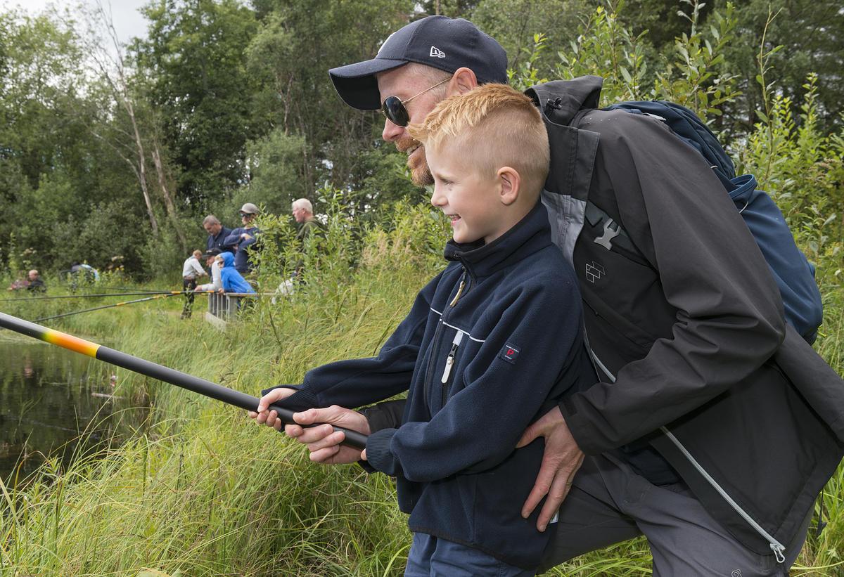 Fisking i fiskedammen under De nordiske jakt- og fiskedager 2016. Lasse Krey Skjæret med pappa Frode Krey Skjæret. (Foto/Photo)