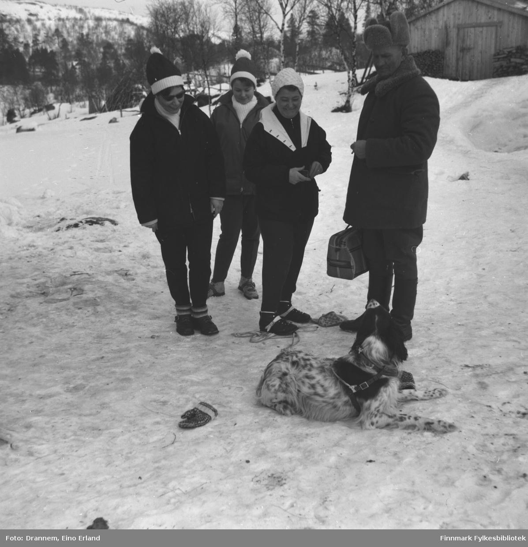 Fire personer ute på en gårdsplass. De er fra venstre: Jenny Drannem, Turid Karikoski, Sonja Lappalainen, Uuno Lappalainen og hunden Rexi liggende foran personene.