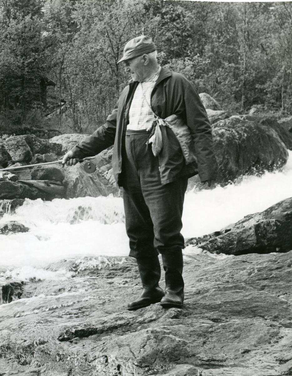 Portrett av en fiskende Andreas Gunderhuset fra Hedalen.