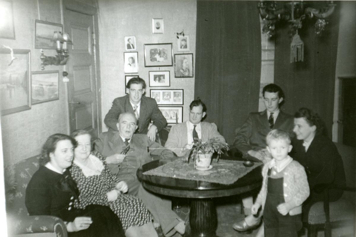 Familiefoto av Dr. Oluf Herlofsen m . familie.