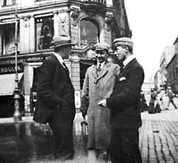Sigurd Hoel i samtale med elever på Nobel-hjørnet på Carl Johan. (Foto utlånt av Gyldendal Norsk Forlag)
