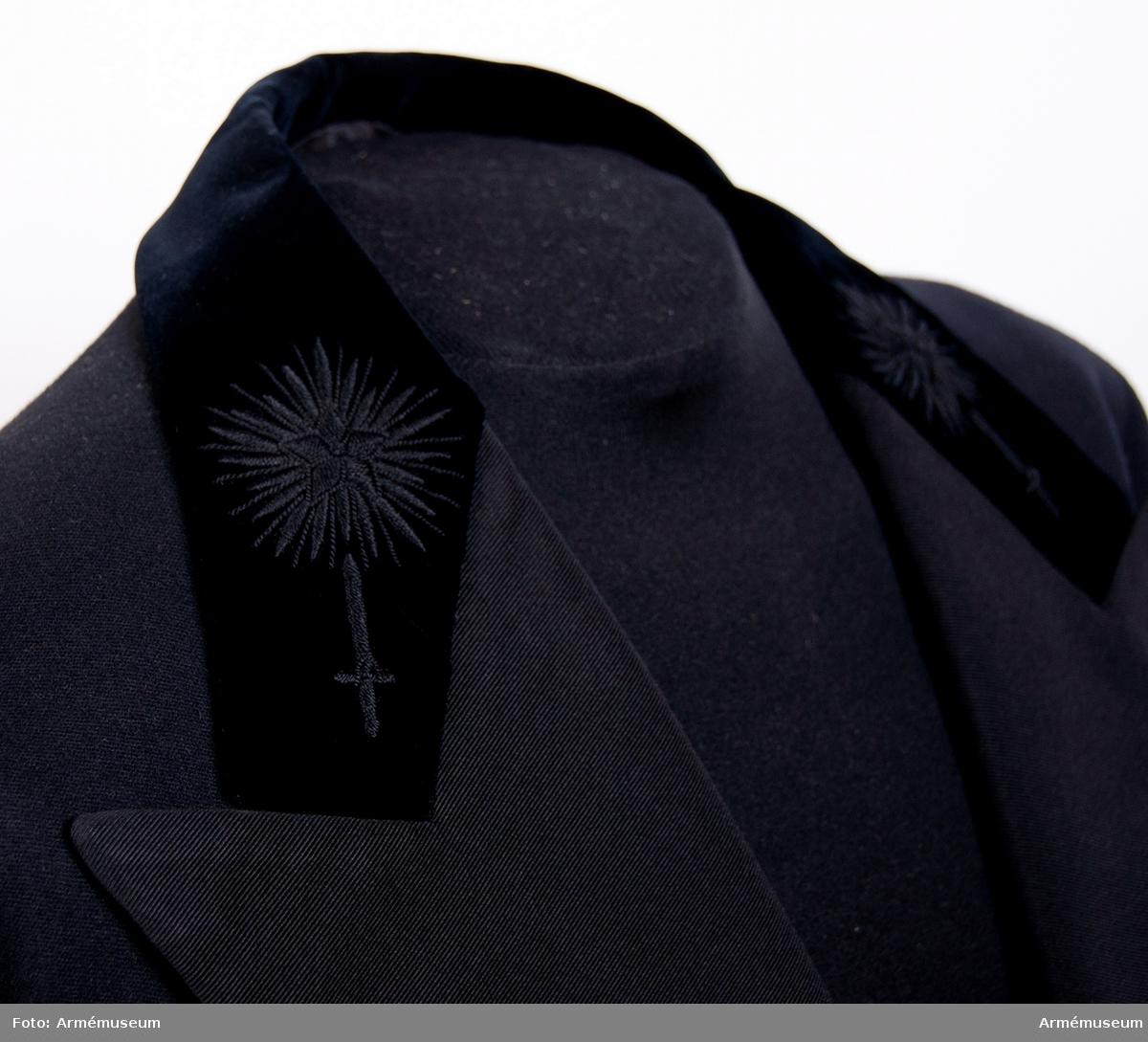 Grupp C I. Bestående av: frack sydd 1940, långbyxor, väst, svart, väst, vit. 1812 års uniform för krigskollegium.
