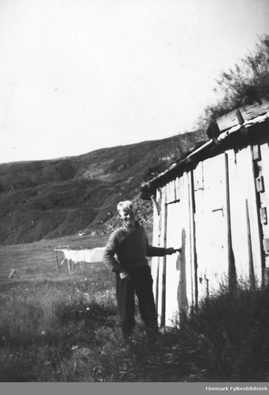 Harald Lund utenfor utedoen i Skjøtningberg, ca. 1944. B 5733
