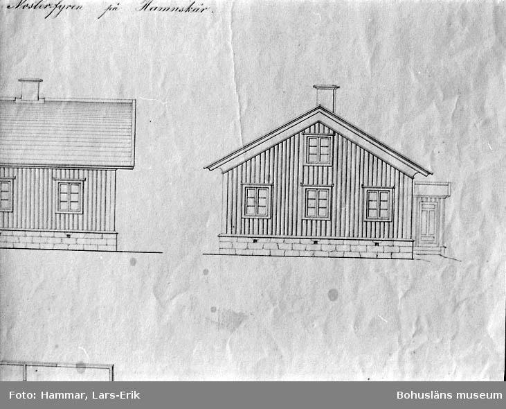 Ritning till boningshus för fyrpersonalen vid den blivande Pater Noster fyren på Hamnskär 1866. G. von Heidenstam. Ritad av L. Fr. Lindberg (uppförd 1861). Sektion, fasader och planritning. Detalj från d:o (se14). Fasad (gavel).