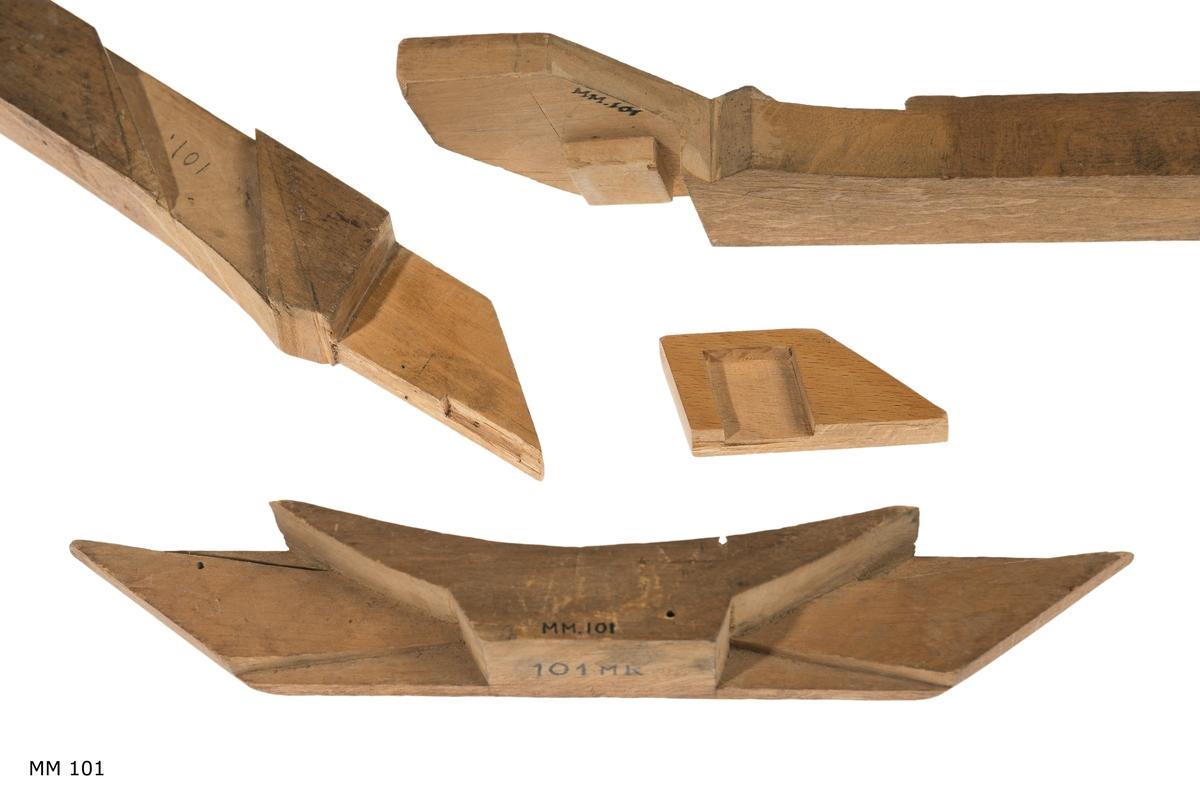 Krumband, modell av trä. omålad. Bottenstockar som visar hoplaskning.