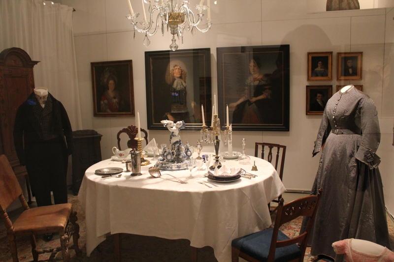 Oppdekket bord i utstillingen «Hiustoriske reiser i dannede hjem»