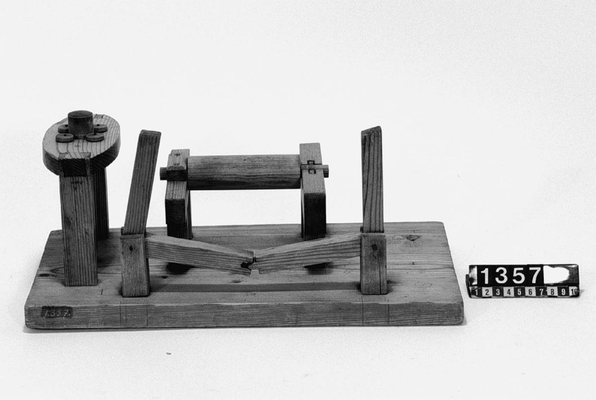 Modell ur Polhems mekaniska alfabet. Text på föremålet: VII, VIII, IX. Knäled, som gör det möjligt att överföra en rörelse hos den ena vinkelarmen till den andra samt exempel på glidlager, rullager och spetslager.