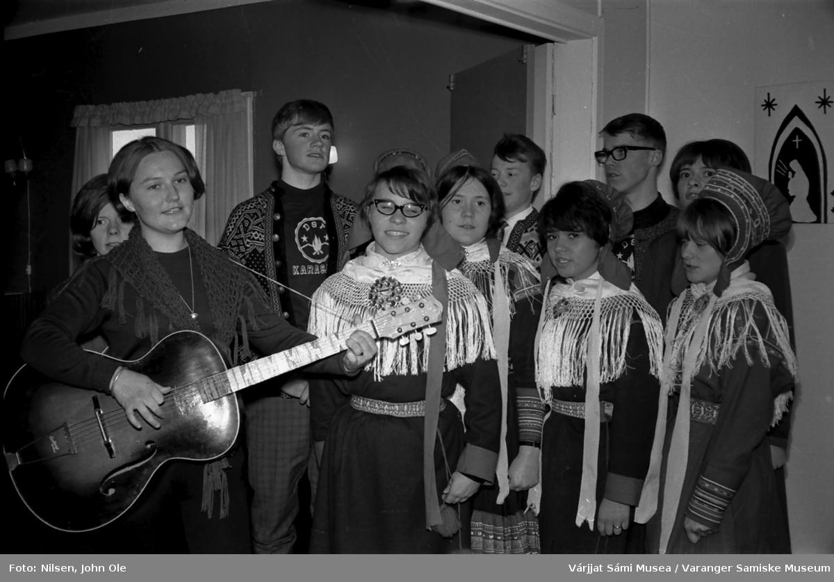 Sangkor med elever og en lærer fra Den Samiske Folkehøgskole (DSF) i Karasjok. Bildet er tatt på Soltun på Vesterelvnesset.  Guttene er Kjetil Ryan, John Samuel Nilsen og Svein Ottar Helander. April 1967