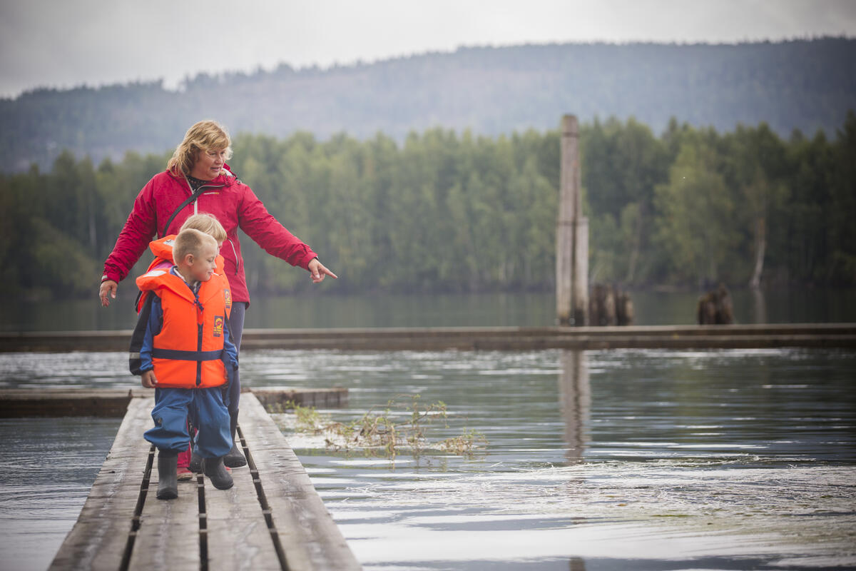 Take a walk on the water on more than 1 km of floating paths.