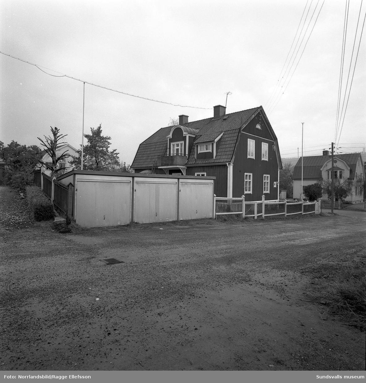 Garagelänga och hus vid Klockgjutaregatan 8-Västra Långgatan 55. Till höger syns även huset vid Västra Långgatan 50.