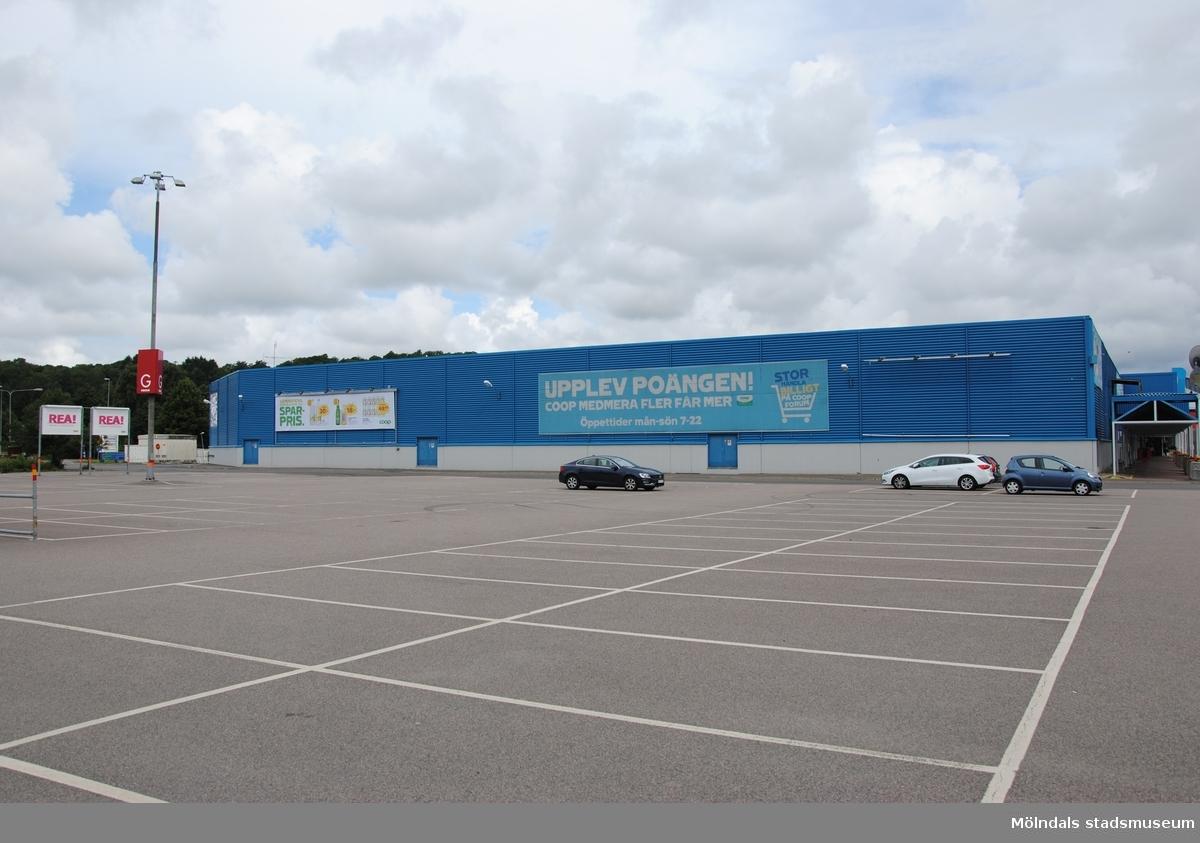Byggnadsdokumentation av varuhuset Coop Forum i Kållered med adress Ekenleden 4, Våmmedal 2:158, som fått rivningslov. Exterörfotografi från söder den 5/7 2016.