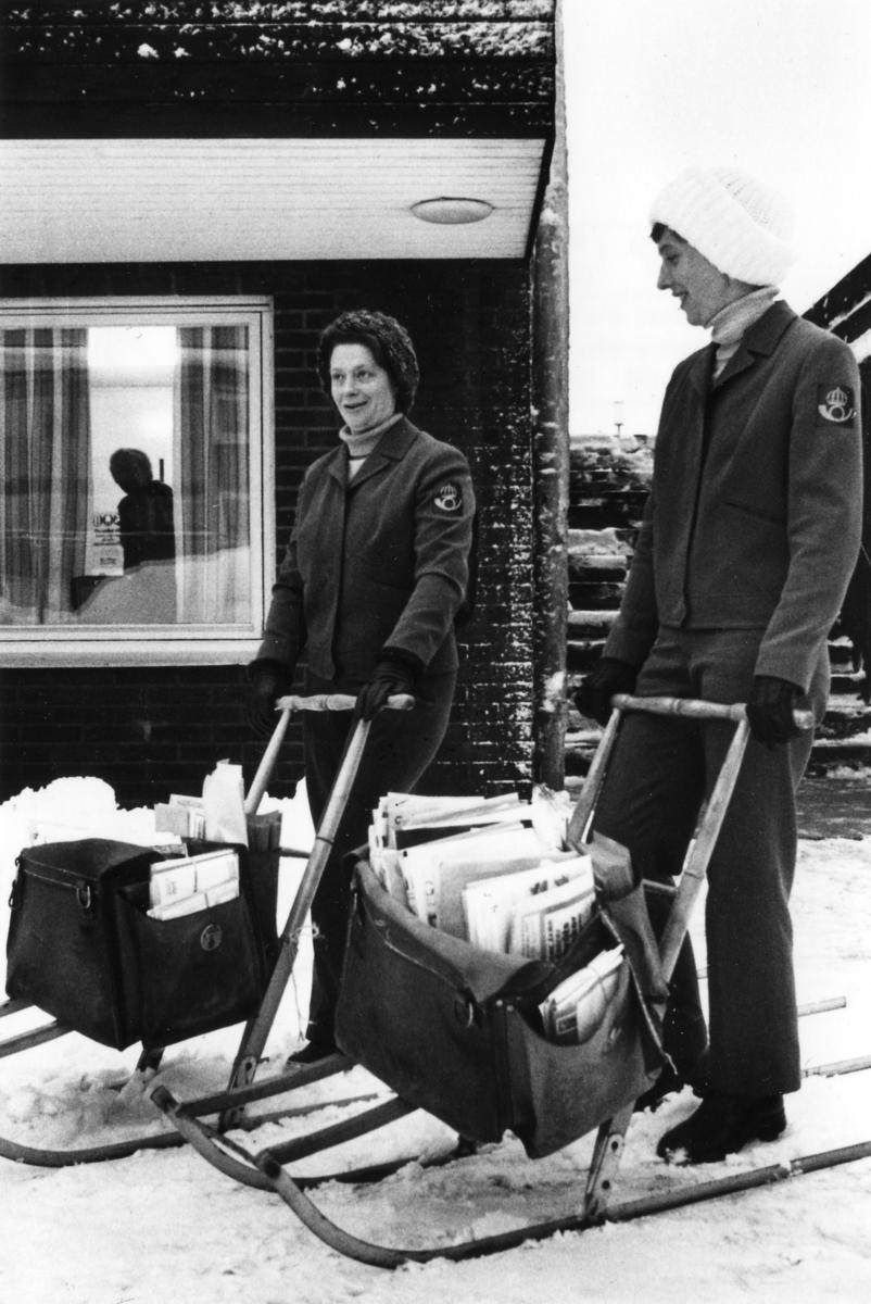 Brevbärarna och systrarna Elsy Nilsson och Marianne Larsson i Storebro, 1977 med sparkstötting som fordon.