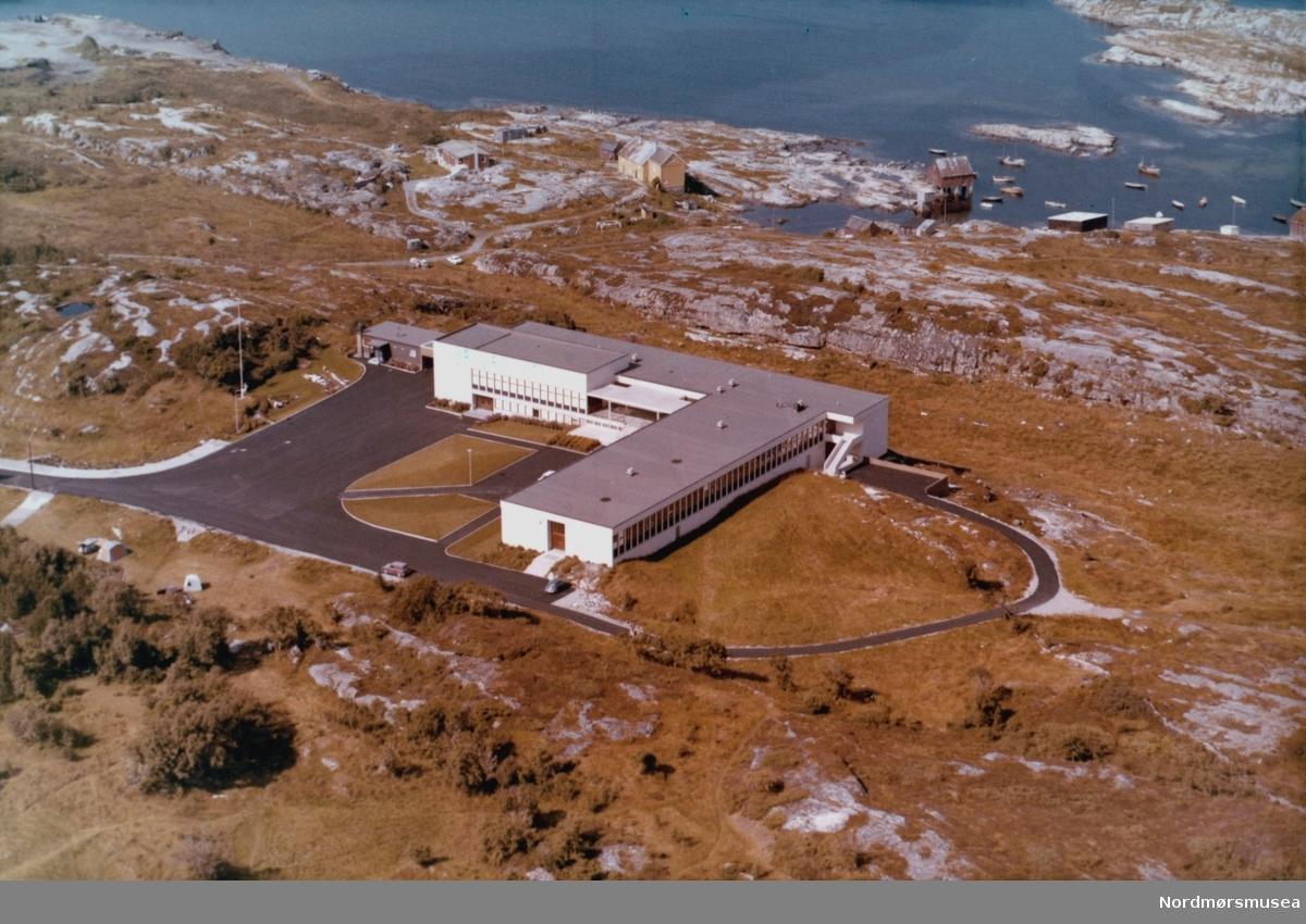 Flyfoto fra Kristiansund gymnas i Knudtzondalen på Gomalandet i Kristiansund; per i dag Atlanten videregående skole. Flyfotoet er utført av Widerøes flyveselskap den 3. august 1969. Fra Nordmøre museums fotosamlinger.