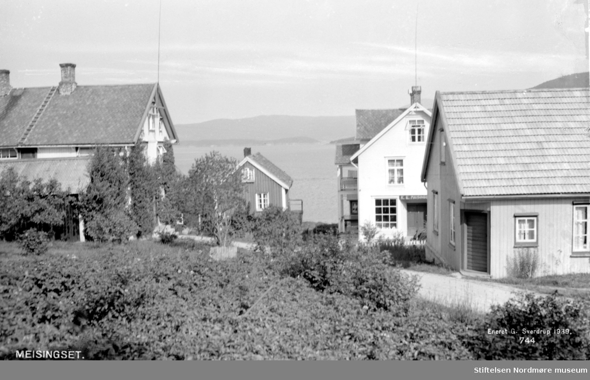 Postkort med motiv fra Meisingset i Tingvoll kommune. Postkortet er datert 1939. Fra Nordmøre museums fotosamlinger.