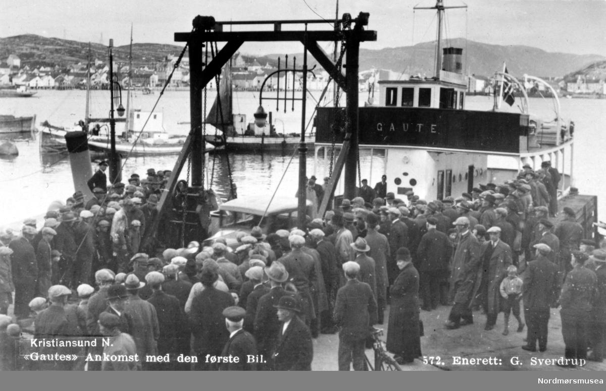 """På bildet ser vi B/F """";Gaute""""; som våren 1932 kom med den første bilen til Kristiansund i den nyopprettede fergesambandet Kvisvik-Kristiansund-Gimnes. Fergen ble bygd ved Ottesens Skibsbyggeri på Stord, og var utstyrt med en 4 cylinder 200 hestekrefters Super-Skandia råoljemotor. Bilfergen hadde plass til 8-10 biler. B/F """";Gaute traffikerte sambandet til Kvisvik helt frem til 1949. I 1955 ble B/F Gaute overtatt av MRF, i forbindelse med at A/S Nordmøre Fergeselskap ble avviklet. Fergen ble ombygd i 1957, og ble benyttet i mange forskjellige samband frem til 1968, hvor den da ble solgt til Statens Vegvesen som benyttet den som arbeidsbåt og losjibåt i fergekaivedlikeholdet. I 1976 ble fergen solgt for siste gang til A/S Aukra Bruk, og ble kondemnert i 1981. Nordmøre Museums fotosamling Kilde: Ragnar Ulstein m.fl: Om Samferdsel i Møre og Romsdal. Møre og Romsdal Fylkesbåtar 1920-1995, del I: Som skyttel i vev, MRF, år 1995. Side 283 og 284. Kilde: Arne Inge Torvik m.fl: Om Samferdsel i Møre og Romsdal. Møre og Romsdal Fylkesbåtar 1920-1995, del II: Samfunn og ferdsel, MRF, år 2000 Side 452. Fra Nordmøre Museums fotosamlinger. Reg: EFR"""