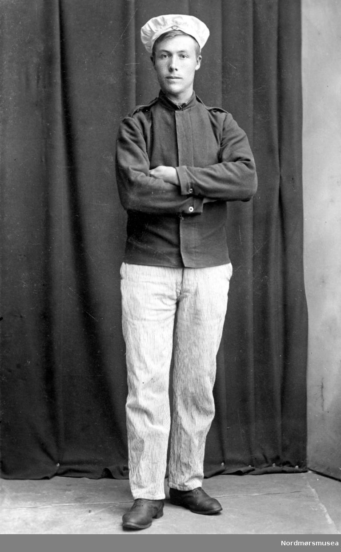 Portrett av en mann, trolig med tilknytning til Nordmøre. Datering er ukjent. Fra Nordmøre Museums fotosamling.  /Reg:EFR2013/