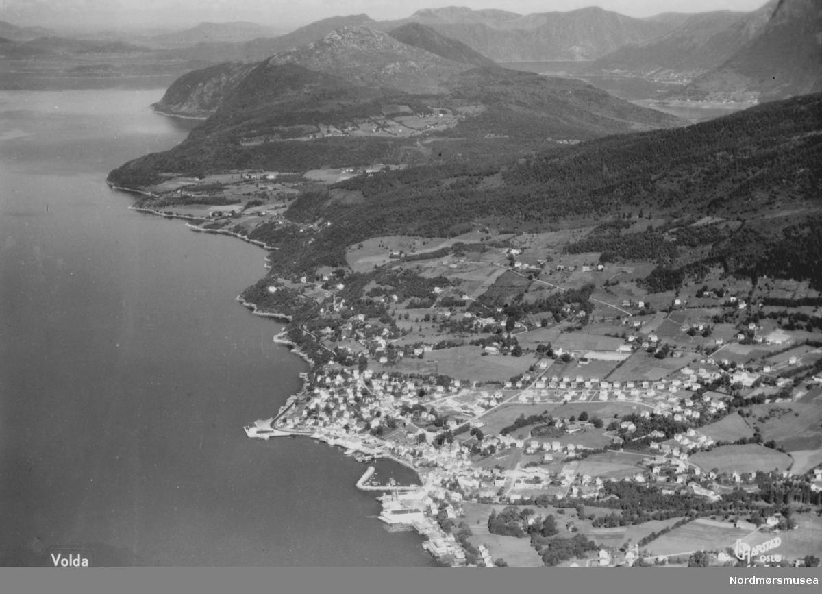 Postkort med motiv fra Volda. Volda er en kommune og et tettsted i Møre og Romsdal, og ligger like ved Voldsfjorden. Kommunen dekker et areal på 547km2 og har en befolkning på 8418 innbyggere. Datering av postkortet er ukjent. Fra Nordmøre Museums fotosamlinger. Reg: EFR