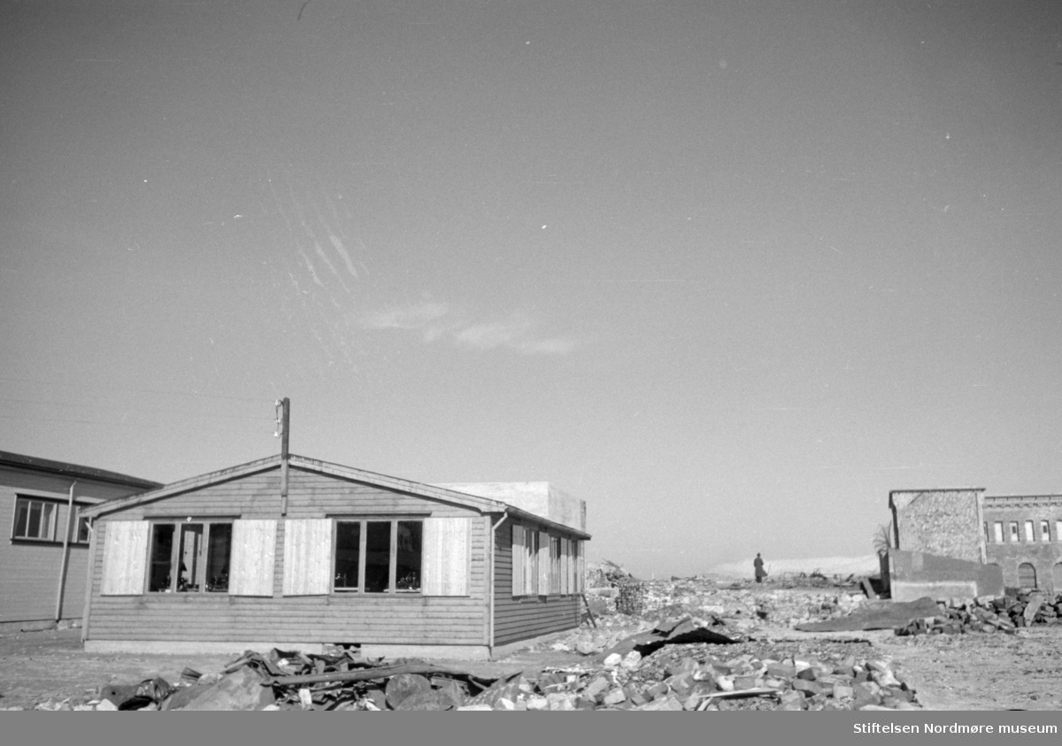 """"""";Gjenreisningsbyen""""; Kristiansund. Her ser vi litt fra noen av brakkene byen. Bildet kan trolig dateres til okkupasjonsårene 1940 til 1945. Fra Nordmøre Museums fotosamlinger."""