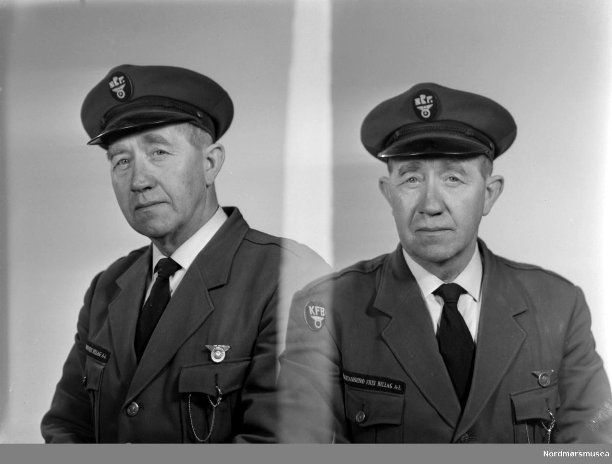 Foto av sjåfør Peder Vatn ved Kristiansund Frei billag a/l. Fotoet er tatt i forbindelse med selskapets 25 års jubileum den 15. juni 1959. Fra Nordmøre museums fotosamlinger.