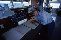 Kapteinen i bestikket på broen på T/T 'Wind Eagle' (b. 1977,