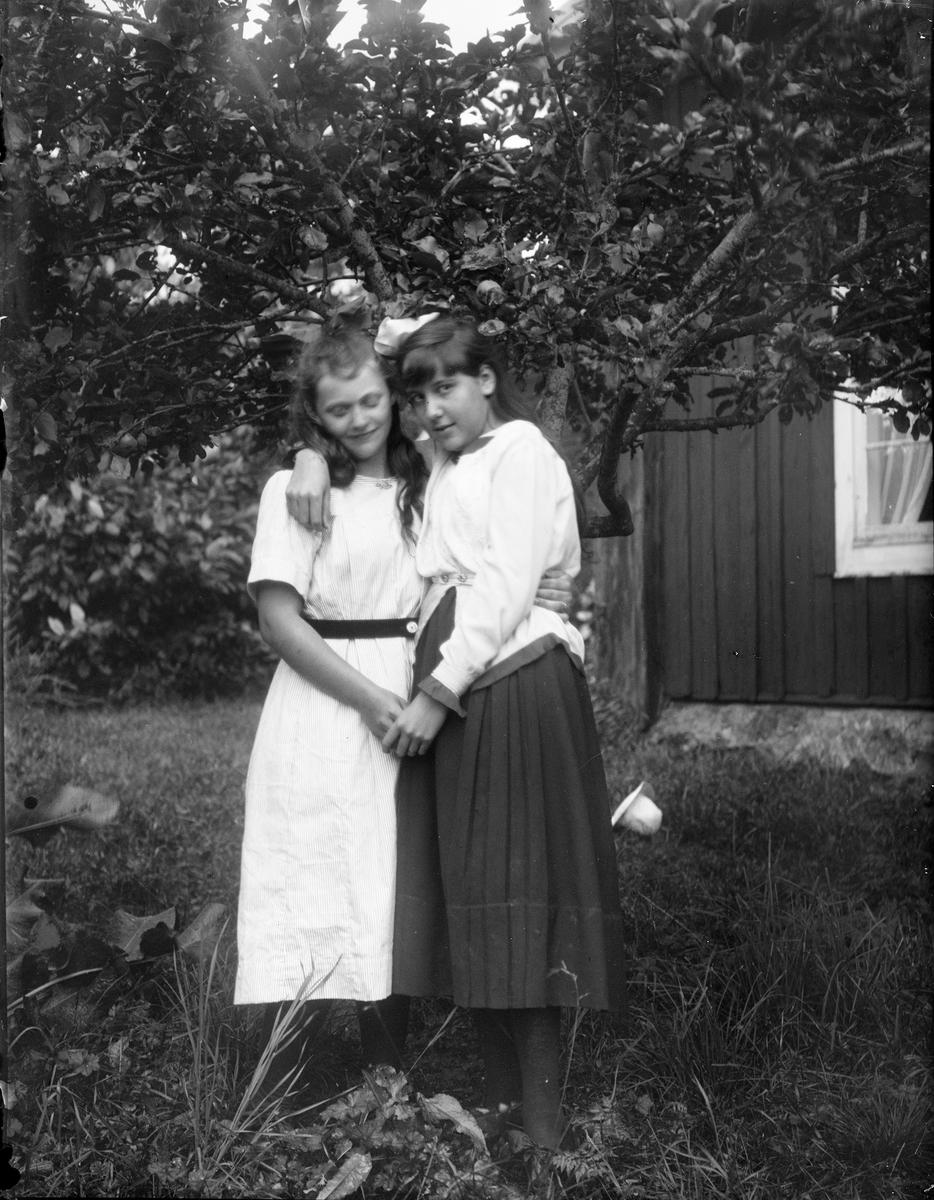 """""""Rut Anderson och Elsa Alström"""", Sävasta, Altuna socken, Uppland 1919"""