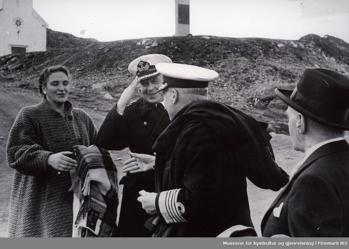 Nordkappfestivalen 1956. Lord Fraser of North Cape hilser på havnefogd Erling Hafto og fru Hafto utenfor Honningsvåg kirke. T.h. Commander Cumming, britisk konsul i Tromsø.