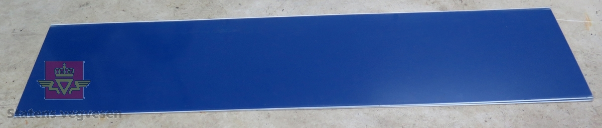Blå skilt-plate uten tekst. Lagd av plast.
