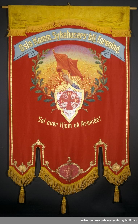 Oslo sykehuspersonales forening.Stiftet 4. juni 1920..Forside..Fanetekst: Oslo Komm. Sykehusers`btj. Forening..NKF.Sol over Hjem og Arbeide!