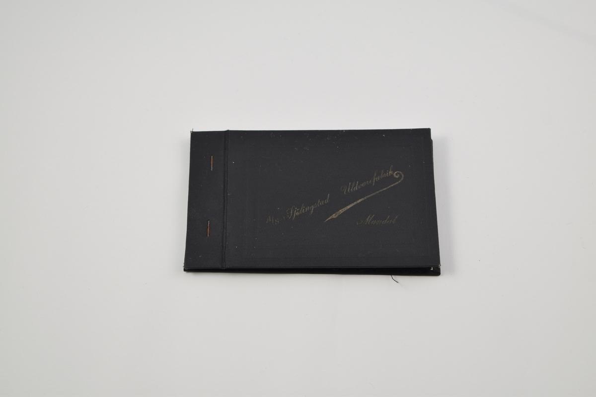 Prøvebok med 6 prøver. Tynne ensfargede ullstoffer. Alle stoffer er merket med en firkantet papirlapp festet med metallstifter hvor nummer er påskrevet for hånd.  Stoff nr. 1023 (mørk brun), 1024 (grå), 1025 (mørk blå), 1026 (sort), 1027 (mørk blå/sort), 1028 (sort).