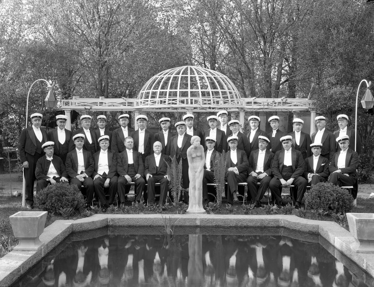 1908-års studenter firar 25-årsjubileum i Stadshotellets trädgård.
