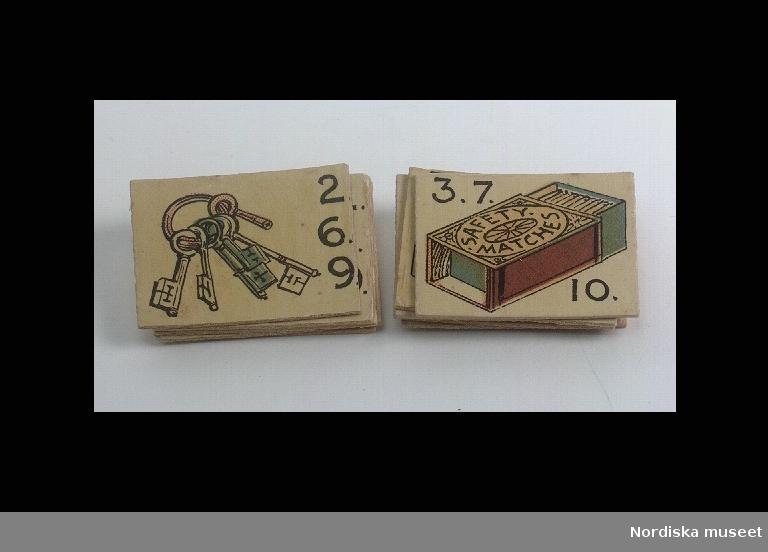 """Katalogkort: """"Spelkort 11 st. av papp. 5 st. med avbildning av nyckelknippa och siffrorna 2, 6, och 9. 6 st. med avbildning av tändstickask samt siffrorna 3, 7 och 9."""""""