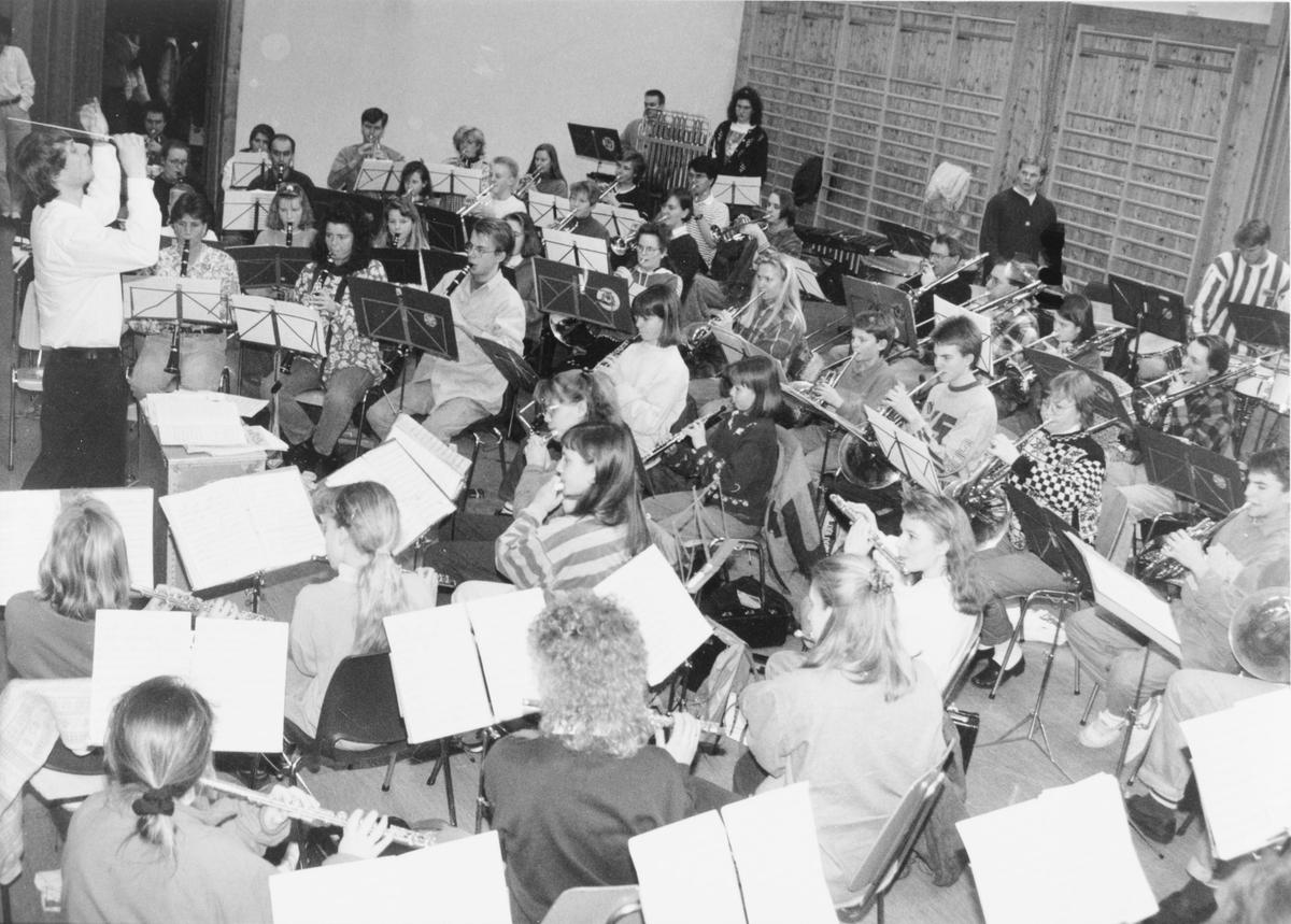 Korpsøvelse på Rotnes skole, med dirigent Vidar Myhre og Rotnes skolekorps (Rotnes skoles musikkorps)