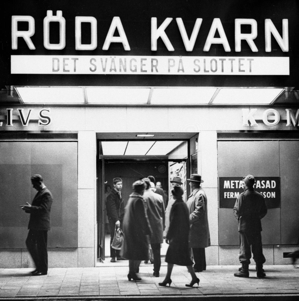 Bildserie tagen i samband med invigningen 1959 av biografen Röda Kvarn vid torget, numera krog.