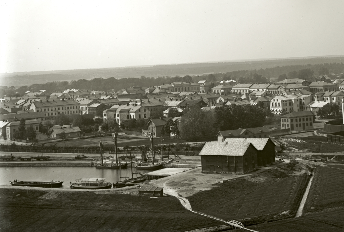 Vy över centrala Karlstad. Bilden tagen från Herrhagens vattentorn när det var under byggnad 1888.