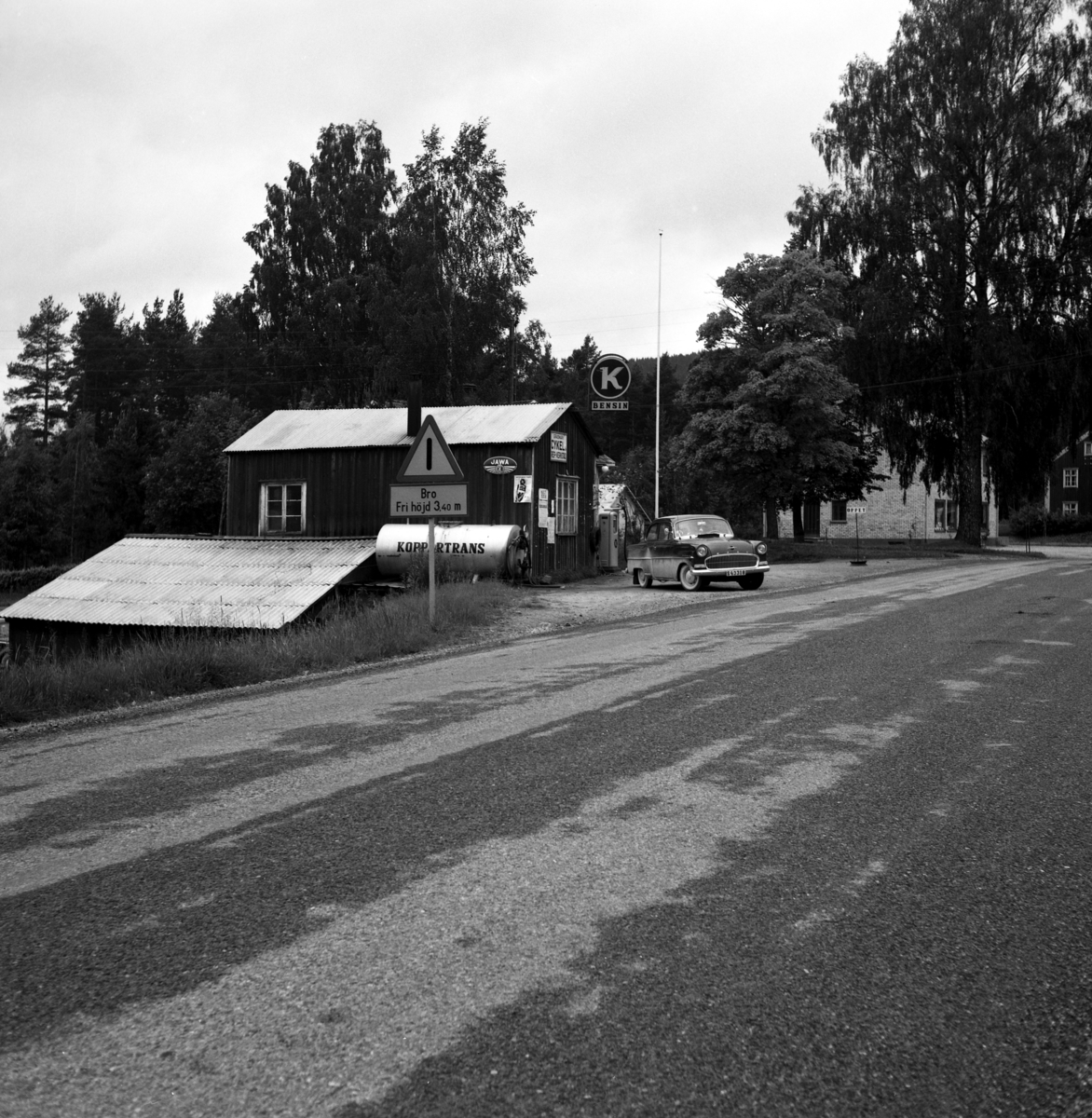 Någonstans i Värmland - från slutet av 1950-talet: Gräsmark. Lämna gärna en kommentar om du vet något om bilden.