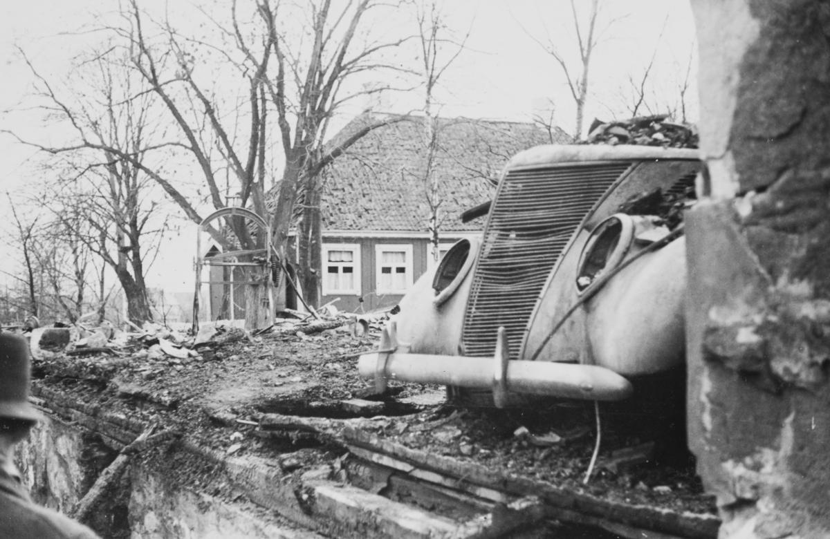 """Ødeleggelser etter tyskernes bombing på Frøen 9. april 1940 kl. 1630. Bildet er tatt om ettermiddagen onsdag 10. april 1940, """"panikkdagen""""."""