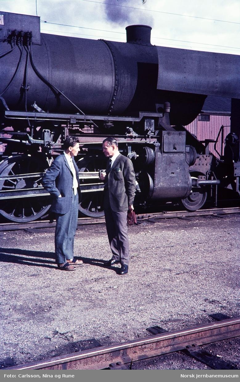 Rune Carlsson og Kjell ? foran damplok type 63a på Eina stasjon