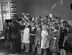 Körsång med flickkör under ledning av Gunhild Lindell i samb