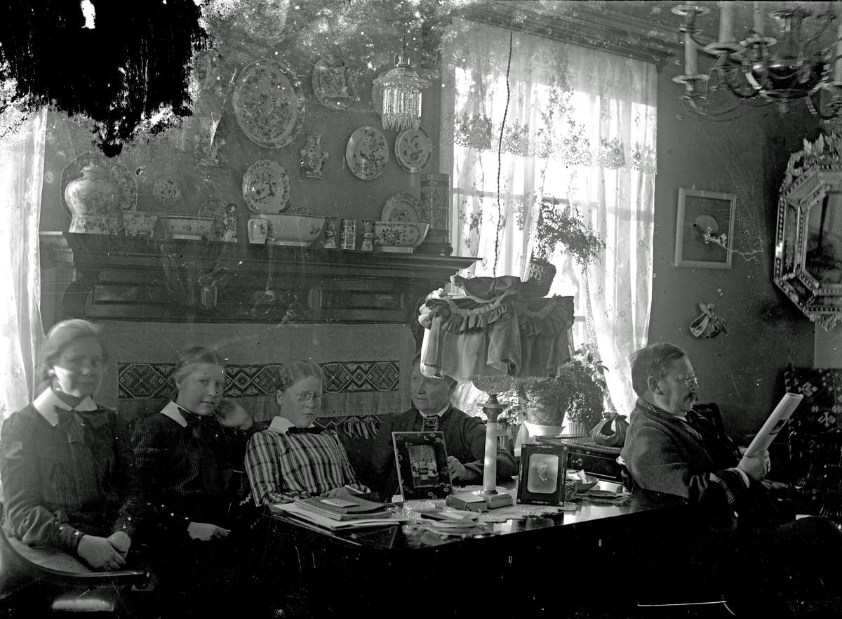 Gruppbild med bl.a. Hjalmar Hallström. Fotograf okänd.